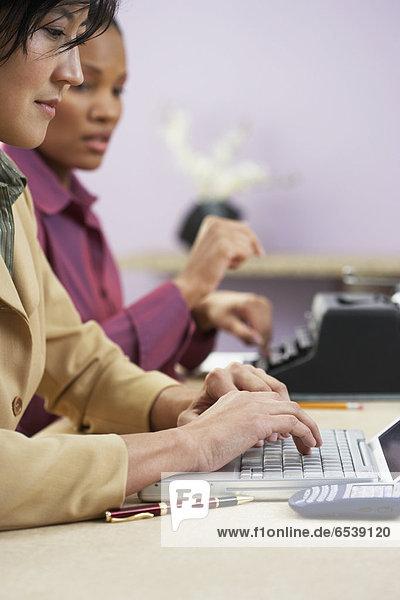 Geschäftsfrau  Notebook  Schreibmaschine  tippen