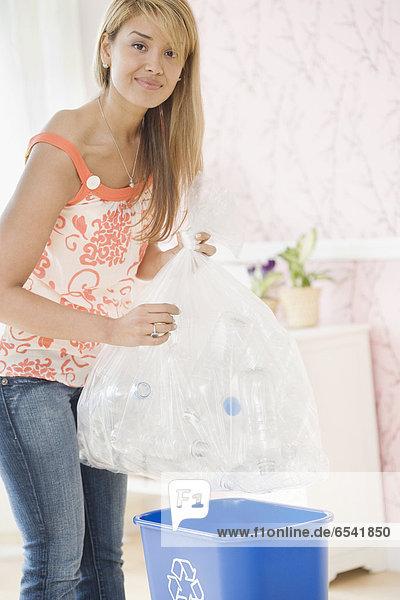 Frau  Recycling  Hispanier  füllen  füllt  füllend