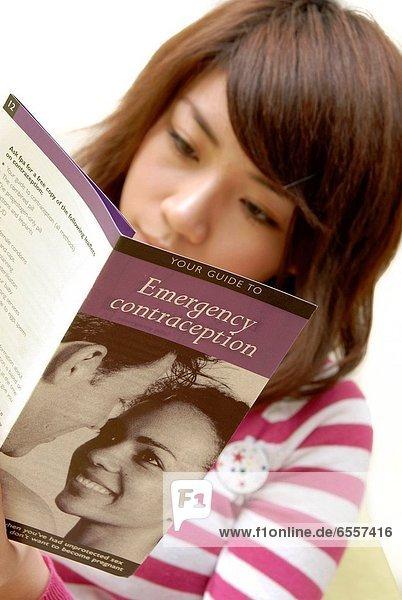 Frau  jung  Empfängnisverhütung  Handzettel  vorlesen