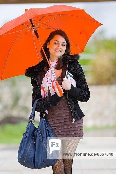 Jugendlicher  Fröhlichkeit  Regenschirm  Schirm  unterhalb  Student  rot  Mädchen  hübsch