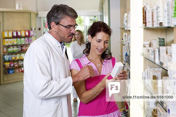 Phramatiker erklärt der Frau das Thema Medizin