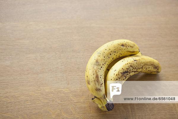Nahaufnahme der reifen Banane auf dem Tisch