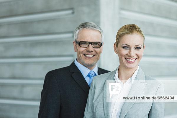 Deutschland  Stuttgart  Geschäftsleute in der Bürolobby  lächelnd  Portrait