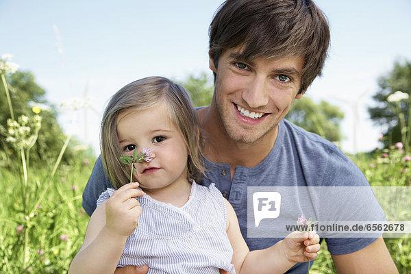 Deutschland  Köln  Vater und Tochter lächeln  Portrait