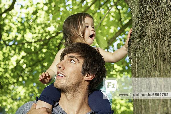 Deutschland  Köln  Vater mit Tochter auf den Schultern