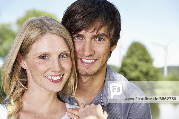 Deutschland  Köln  Junges Paar lächelnd  Portrait