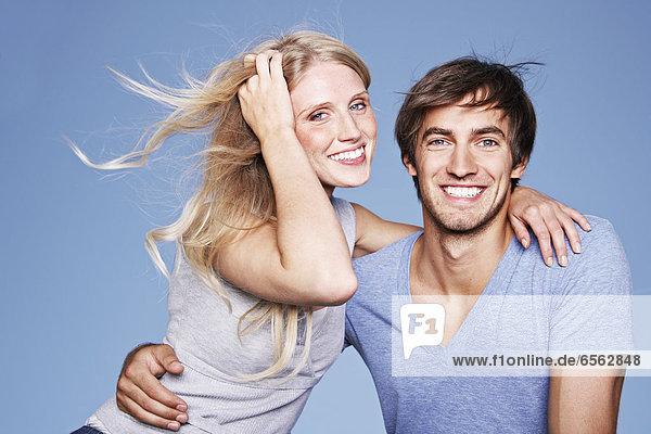 Deutschland  Köln  Junges Paar umarmend  lächelnd  Portrait