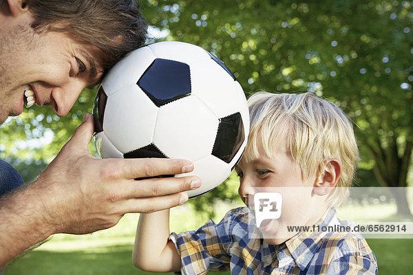 Deutschland  Köln  Vater und Sohn spielen mit Fußball