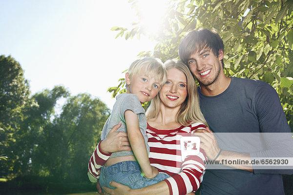 Deutschland  Köln  Familie lächelnd  Portrait