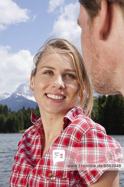 Frau schaut den Mann an  lächelnd