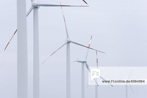 Deutschland  Baden-Württemberg  Windenergieanlagen bei Wertheim gegen den Himmel