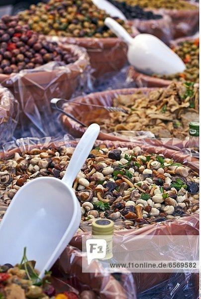 Diverse Gemuesesorten auf einem Marktstand in Italien