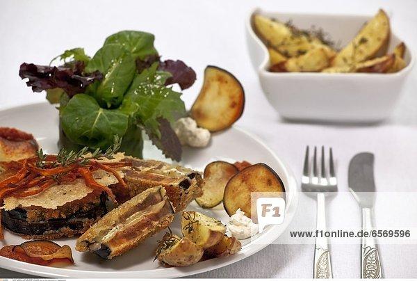 Auberginen Cordon bleu  gefuellt mit schweizer Kaese und rotem Pesto  serviert mit Thymiankartoffeln