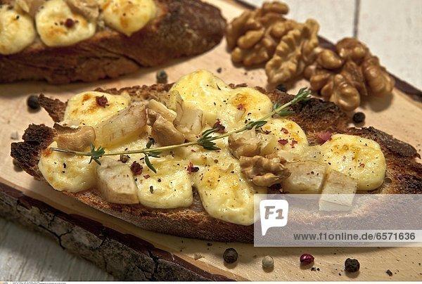 Als Vorspeise oder kleine Zwischenmahlzeit: Roggenbaguette mit WeichkŠse wie z.B. Brie und Birnen