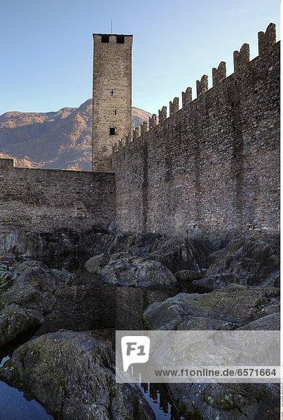 Blick auf die Altstadt von Bellinzona mit der Kirche Collegiata  Tessin  Schweiz  im Hintergrund die Burgen Montebello und Sasso Corbaro.