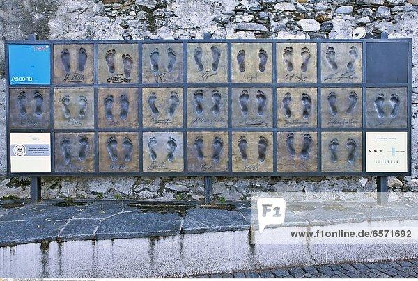 Fussabdruecke der deutschen Nationalelf als Erinnerung an ihren Aufenthalt anlaesslich der Europameisterschaft 2008 in Ascona  Ticino  Schweiz