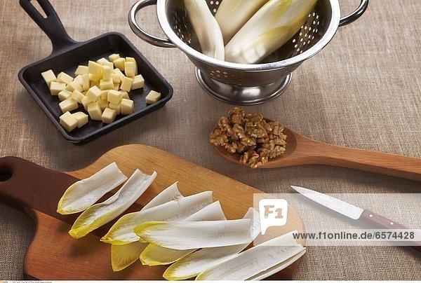 Chicoree-Schiffchen aus belgischem und roten Chicoree  gefŸllt mit schweizer BergkŠse und WalnŸsse garniert mit Kresse  serviert mit einem Zitronen-Schmand-Dressing