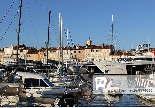 Fahnen am Hafen von Saint-Tropez *** Local Caption ***