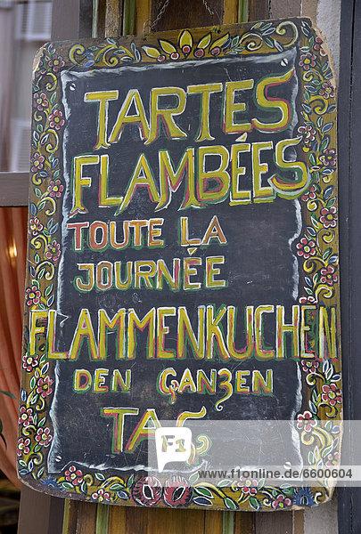 'Schild ''Tartes flambÈes  Flammkuchen''  elsässische Spezialität  an einem Restaurant im Gerberviertel von Straßburg  Bas-Rhin  Elsass  Frankreich  Europa' 'Schild ''Tartes flambÈes, Flammkuchen'', elsässische Spezialität, an einem Restaurant im Gerberviertel von Straßburg, Bas-Rhin, Elsass, Frankreich, Europa'