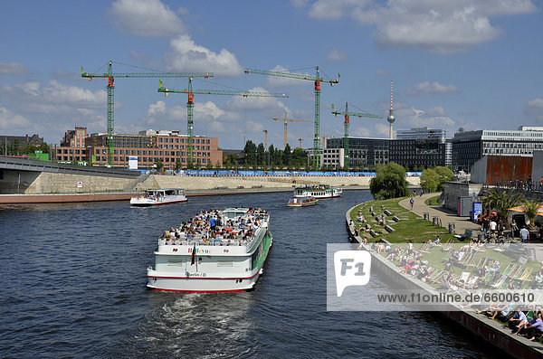 Excursion boat on the Spree river  Reichstagsufer  banks of the Reichtag  bend in the Spree river  Government District  Berlin  Germany  Europe  PublicGround
