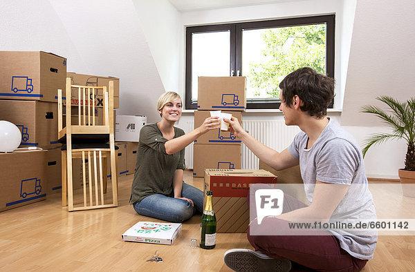 leer sitzend Zusammenhalt Fest festlich Zimmer heben Apartment Bewegung jung Champagner neu