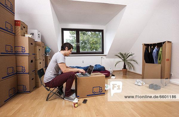 leer sitzend Mann Zimmer Tasche schlafen Apartment jung neu
