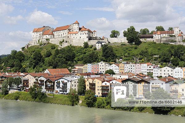 Burghausen  Oberbayern  Bayern  Deutschland  Blick von Ach über Salzach  Innviertel  Oberösterreich  Österreich  Europa