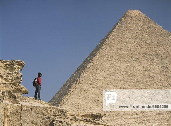 pyramidenförmig  Pyramide  Pyramiden  Frau  Bewunderung  groß  großes  großer  große  großen  Pyramide