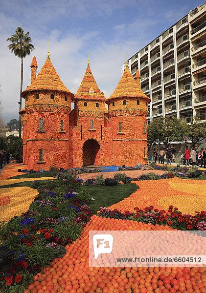 Nachbildung eines Schlosses mit Zitronen und Orangen  Zitronenfest in Menton  Bioves-Gärten  Fete du Citron  Frankreich  Europa