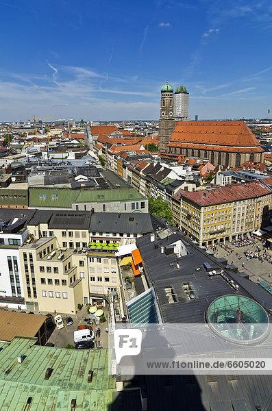 Blick vom Alten Peter über die Dächer von München mit der Frauenkirche rechts  Oberbayern  Bayern  Deutschland  Europa