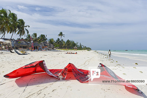 Kitesurfer und Drachen am Strand von Paje  Sansibar  Tansania  Afrika