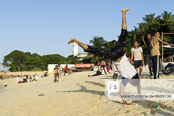 Akrobaten üben am Strand von Stone Town auf Sansibar  Tansania  Afrika