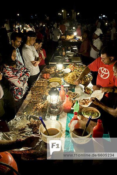 Urlauber in Garküche im Forodhani-Garten  Stone Town  Sansibar  Tansania  Afrika