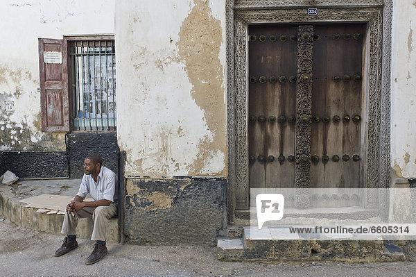 Mann Stein Tür Stadt verziert arabisch Afrika alt Tansania Sansibar