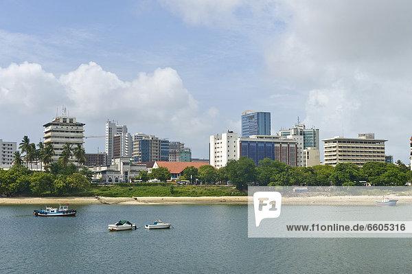 Skyline von Dar es Salaam  Blick von der Fähre in der Hafenbucht  Tansania  Afrika