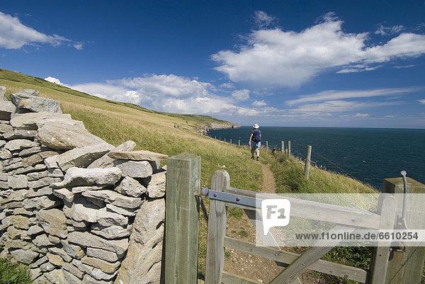 Steinmauer  Frau  gehen  Weg  Küste  vorwärts