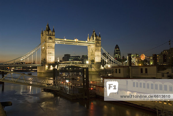 Tower Bridge beleuchtet in der Nacht  London  England  UK