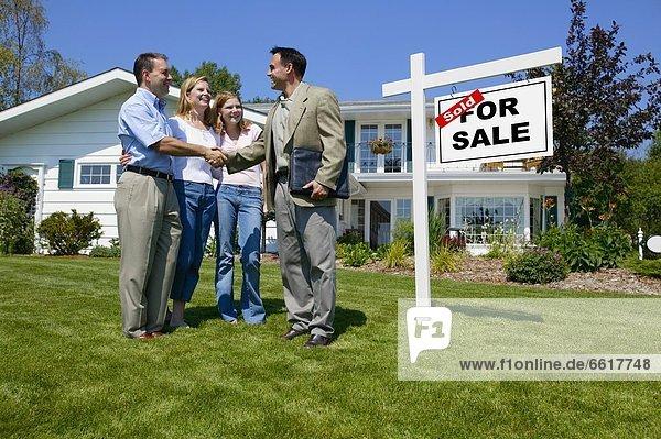 Immobilienmakler  schütteln