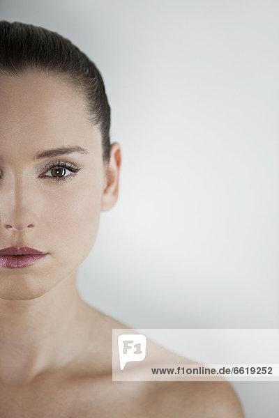 zeigen  Portrait  Frau  braunhaarig  jung  Hälfte  links