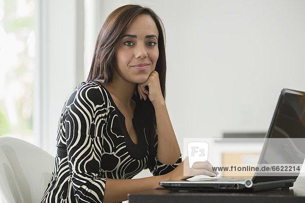 Geschäftsfrau  Notebook  mischen  tippen  Mixed