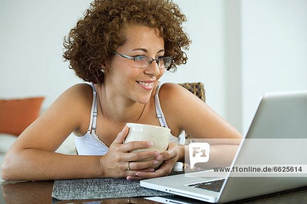 benutzen  Frau  Notebook  Hispanier  trinken  Kaffee