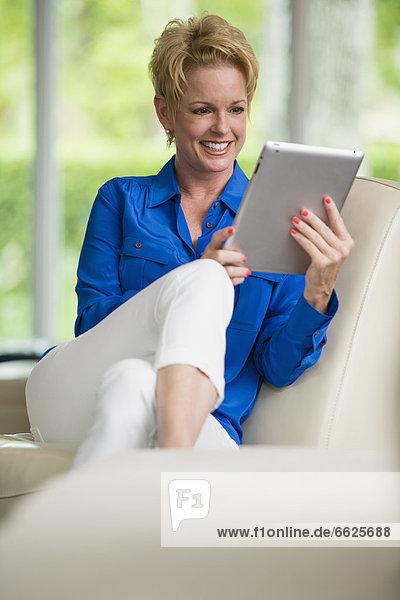 benutzen  Europäer  Frau  Tablet PC
