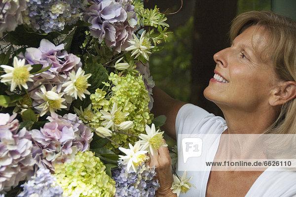 Europäer Frau sehen Blume