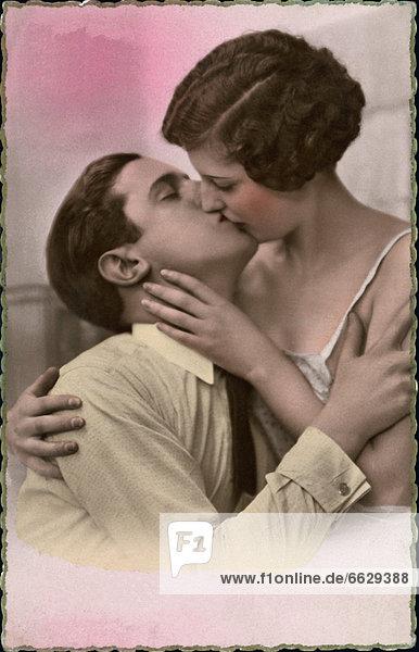 Historische Aufnahme eines sich küssenden Paares