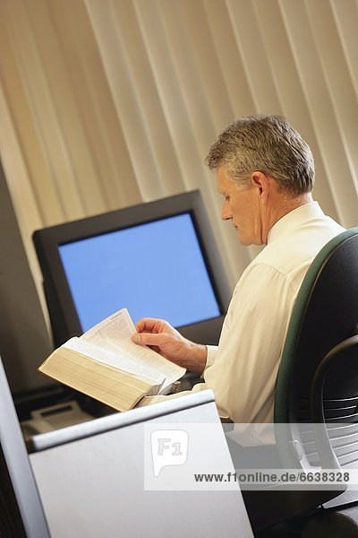 Mann  Buch  Büro  Taschenbuch  vorlesen