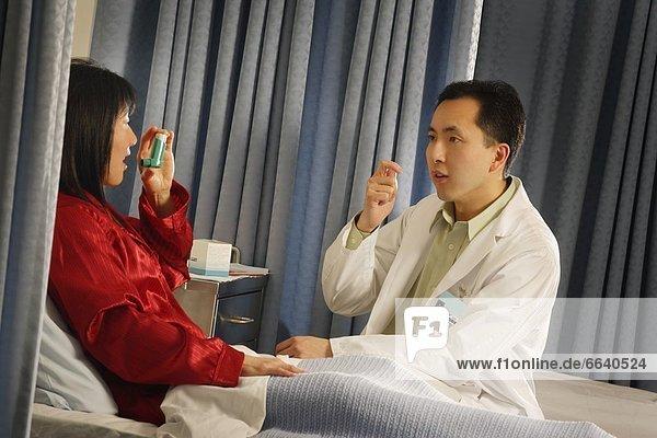 Patientin  benutzen  zeigen  Arzt