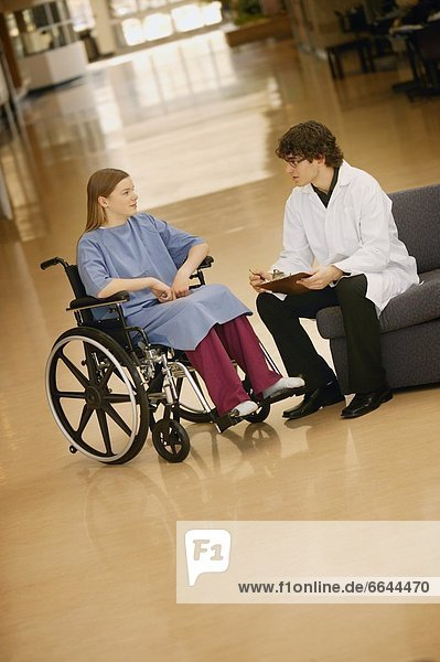 Frau  Rat  Arzt  jung  Rollstuhl