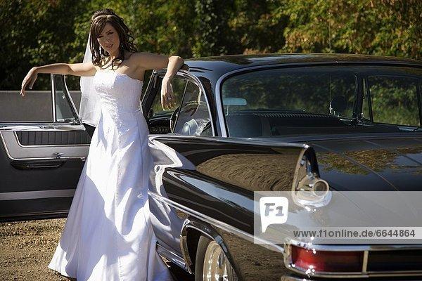 Außenaufnahme  stehend  Braut  Hochzeit  Auto