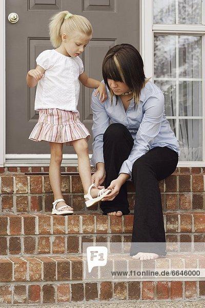 Hilfe Schuh jung Mädchen