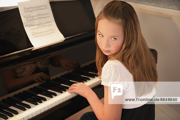Klavier  Mädchen  üben